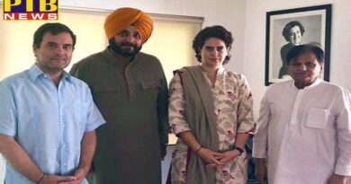 Punjab sidhu along with rahul and priyanka gandhi handed over the letter