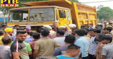 people damage a tipper truck after the death of a lady in Ludhiana
