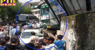 Mandi hrtc uncontrollable bus broke into a taxi after break the wall