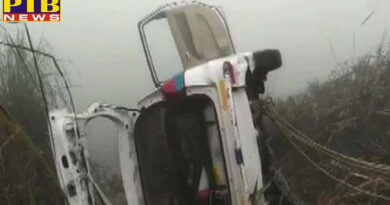 car falls in canal in greater noida 6 people of same family died