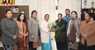 HMV alumnae visited college campus and provided Udaan scholarships to science students