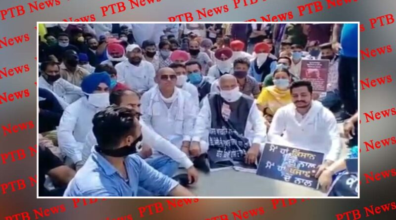 People of District Congress Committee took siege to the house of BJP State President Ashwini Sharma by taking the farmers along Gurdaspur Punjab