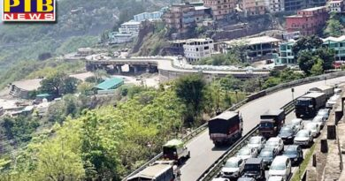 massive traffic jam as hundreds of cars line up to enter himachal highway as soon as the requirement of covid report himachal pradesh